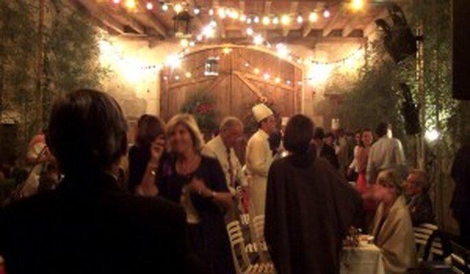 Banquete de la boda en un granero