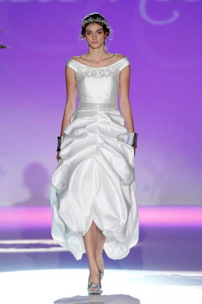Vestido de novia 2013 con cuello extendido, corte asimétrico y pliegues al frente - Foto Carla Ruiz Facebook