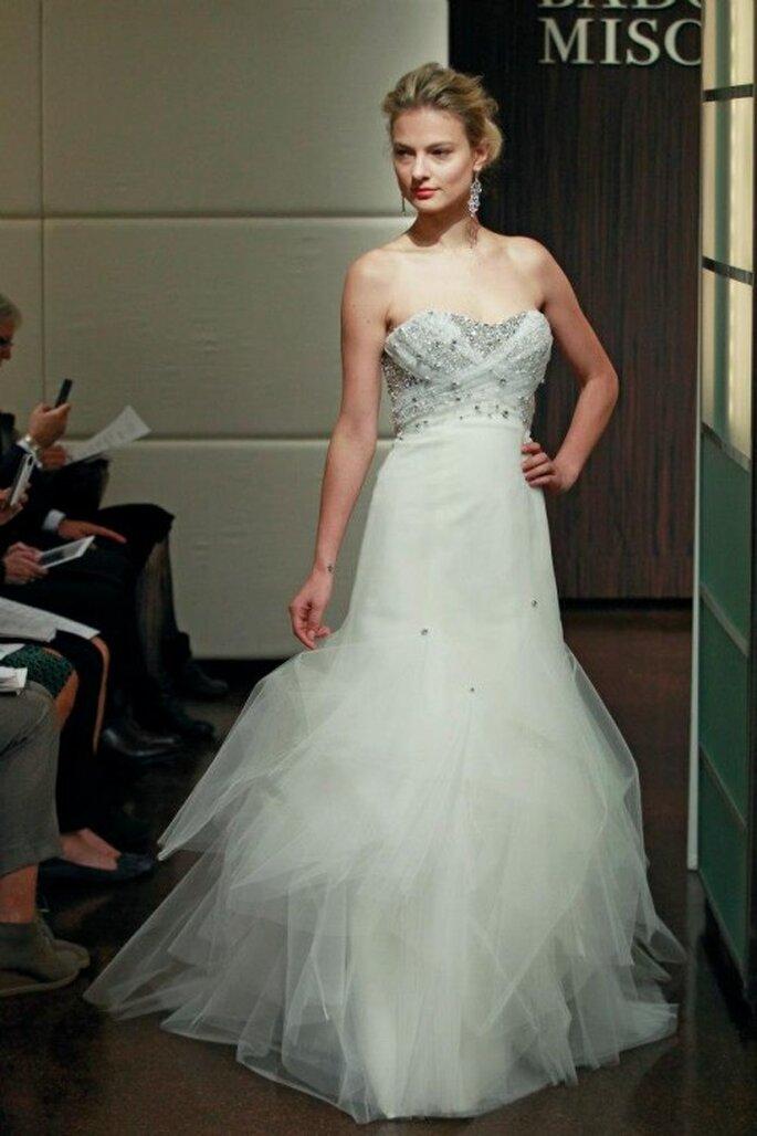 Vestido de novia otoño 2013 corte princesa con brocados y falda con volumen de tul - Foto Badgley Mischka