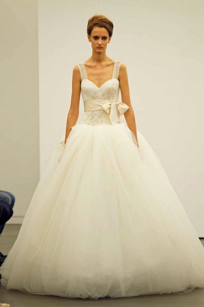 Gonna vaporosa in tulle, fiocco in vita, scollatura a cuore.Vera Wang Fall 2013 Bridal Collection. Foto: www.verawang.com