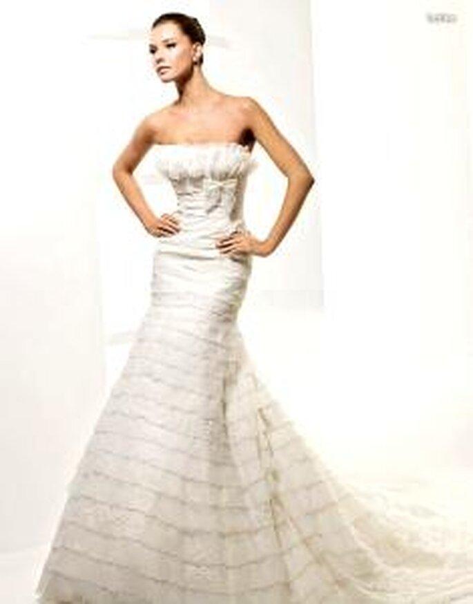 La Sposa 2010 - Latina, vestido largo en volantes horizontales cortos, escote palabra de honor recto