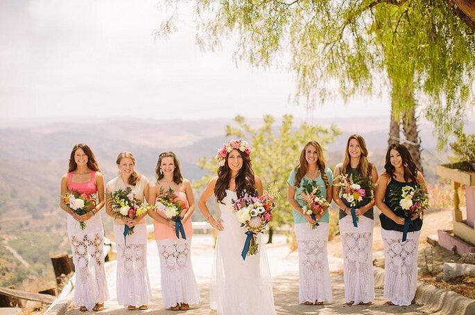 Damas de honor con coronas y ramos de flores naturales. Foto: Daniel Capito