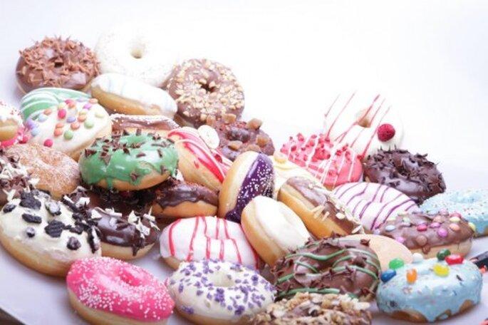 Deliciosas donas coloridas para la mesa de postres de una boda - Foto Dein Donut Facebook