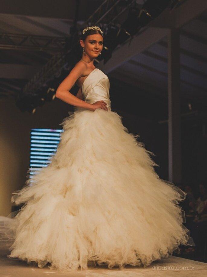 O primeiro vestido do desfile da Bibi Barcellos no Bride Style 2013. Foto: Dri Castro