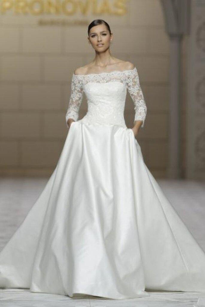 Vestido de novia con escote barco y manga tres cuartos de Pronovias 2015