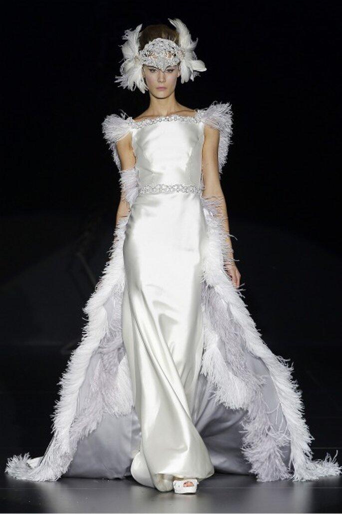 Las plumas son un detalle destacado en los vestidos de novia Isabel Zapardiez 2012