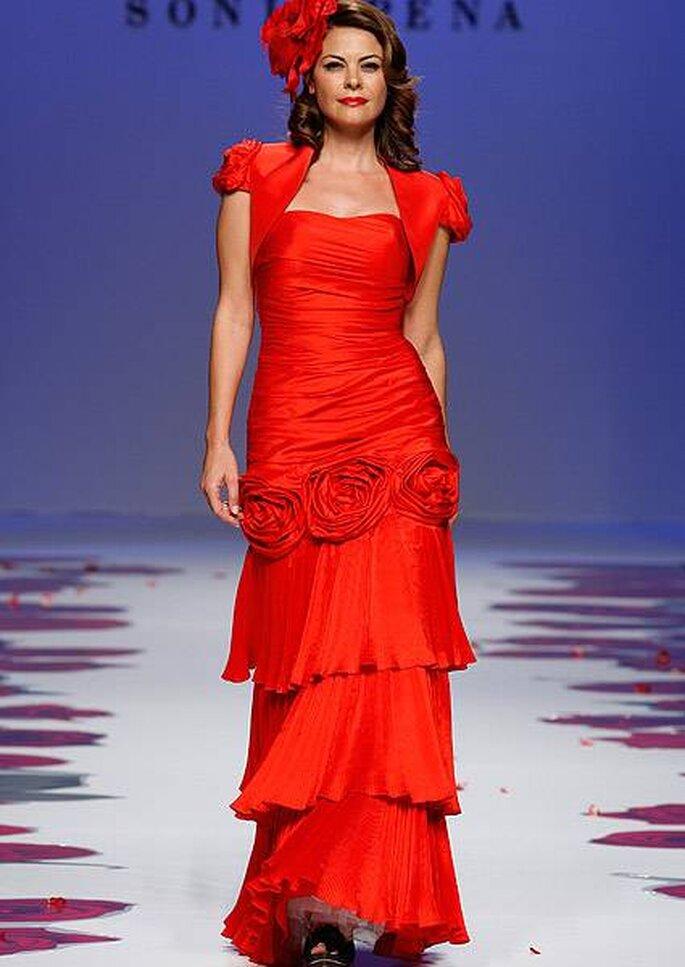 Vestido de fiesta con hombreras y falda de varias capas de Sonia Peña