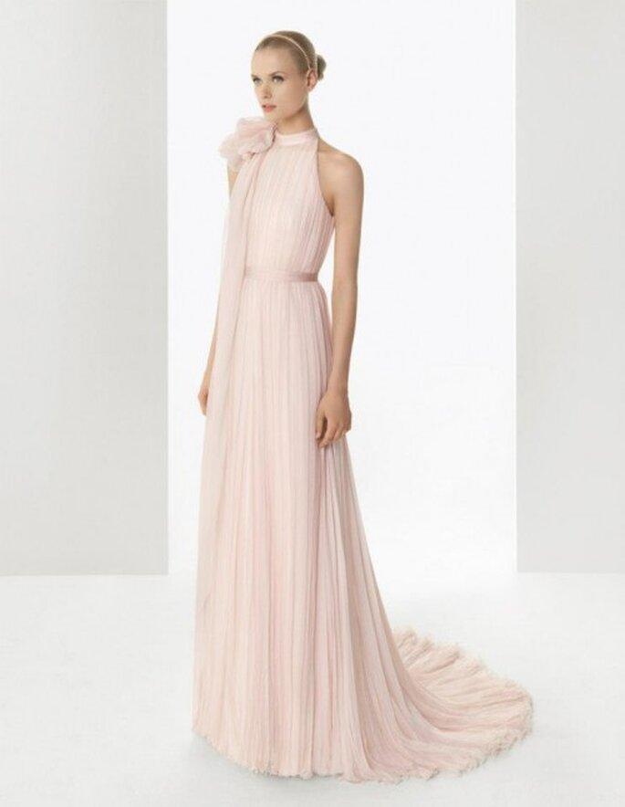 Vestido de novia en color rosa pastel con detalle de flor en el cuello y falda vaporosa - Foto Rosa Clará