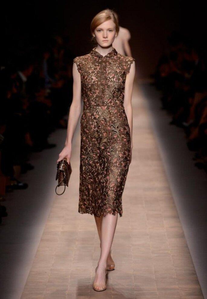 Vestido de fiesta con cuello cerrado sin mangas y estampado floral - Foto Valentino