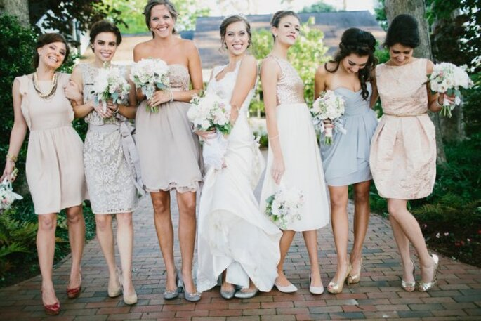 Para marcar tendencia, nada mejor que colores neutros en los vestidos de tus damas - Foto Michelle Lyerly
