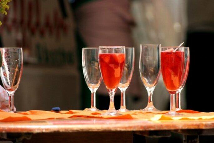 """Rote Cocktails passen hervorragend zu einer Hochzeit, in der die Farbe """"Rot"""" eine besondere Rolle spielt. Foto: wrw / pixelio.de"""