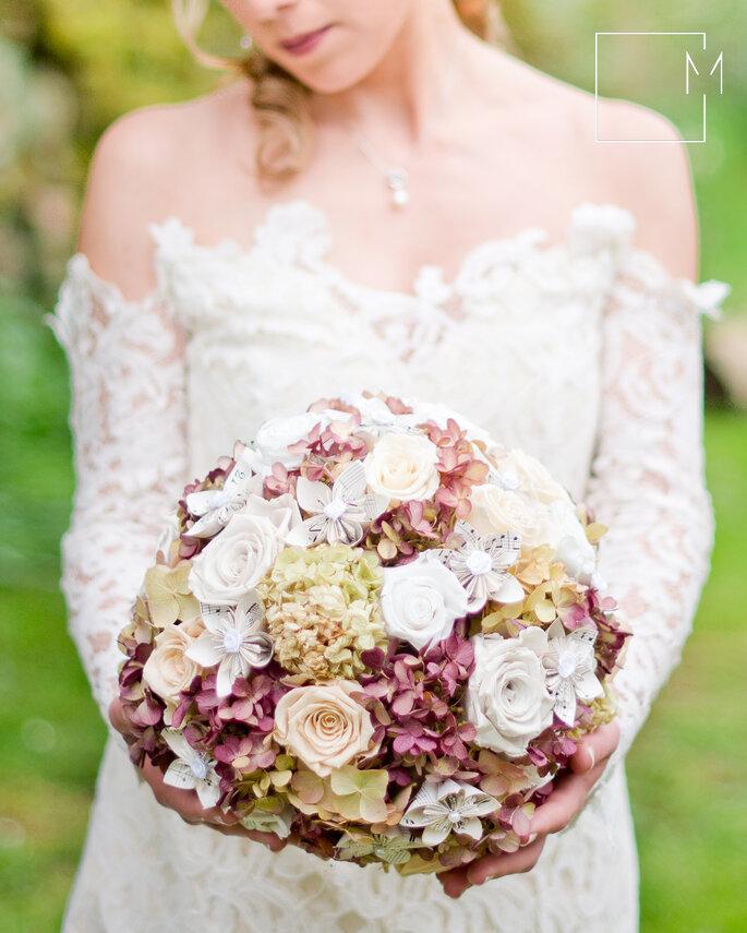 Le bouquet de la mariée se veut rond et fourni, avec des couleurs douces. Photo: Milie photographe de l'instant via L'Atelier Féerie des Fleurs.