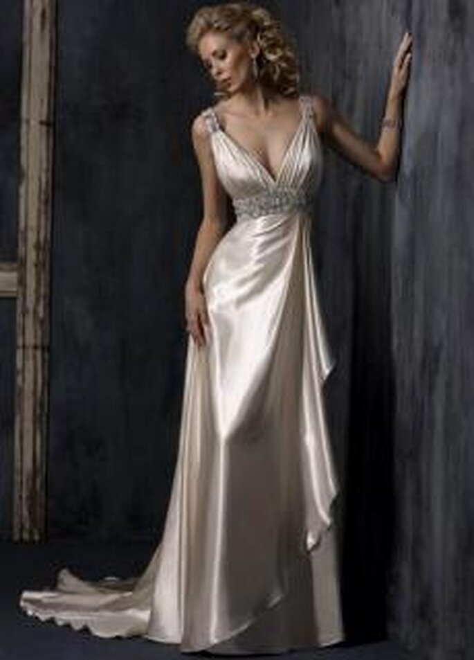 Maggie Sottero 2010 - Blaire, vestido largo de silueta griega, talle alto, escote en V