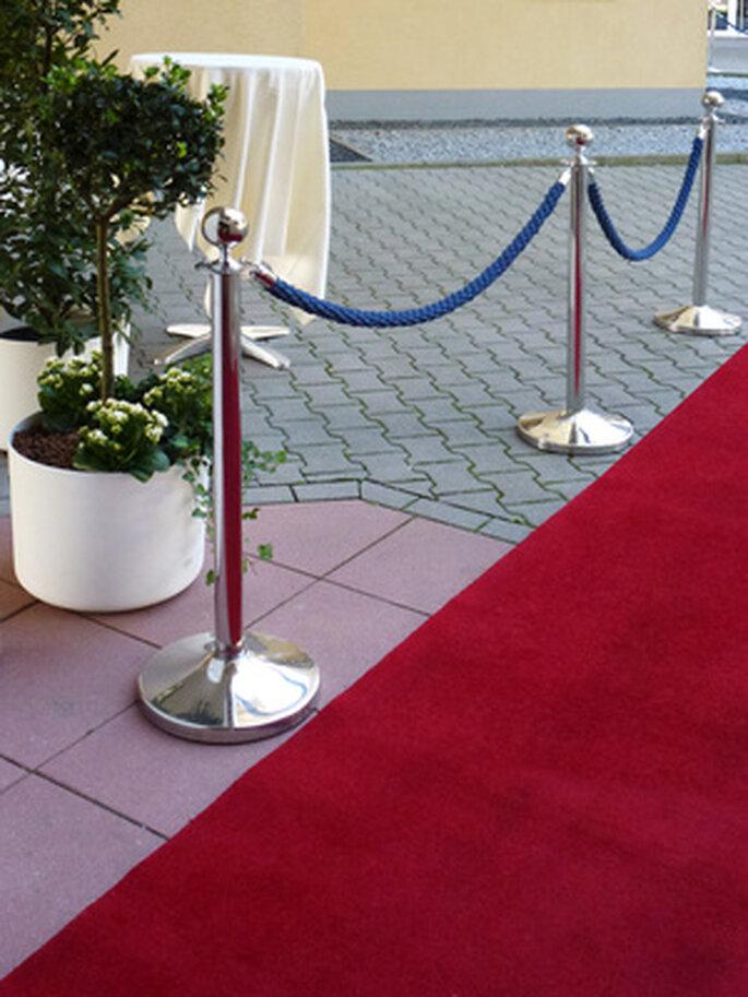 Roter Teppich für das Brautpaar und die Hochzeitsgäste. Foto: Rainer Sturm / pixelio.de