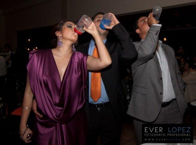 Botellas con agua para los invitados de una boda en verano. Fotografía Ever Lopez
