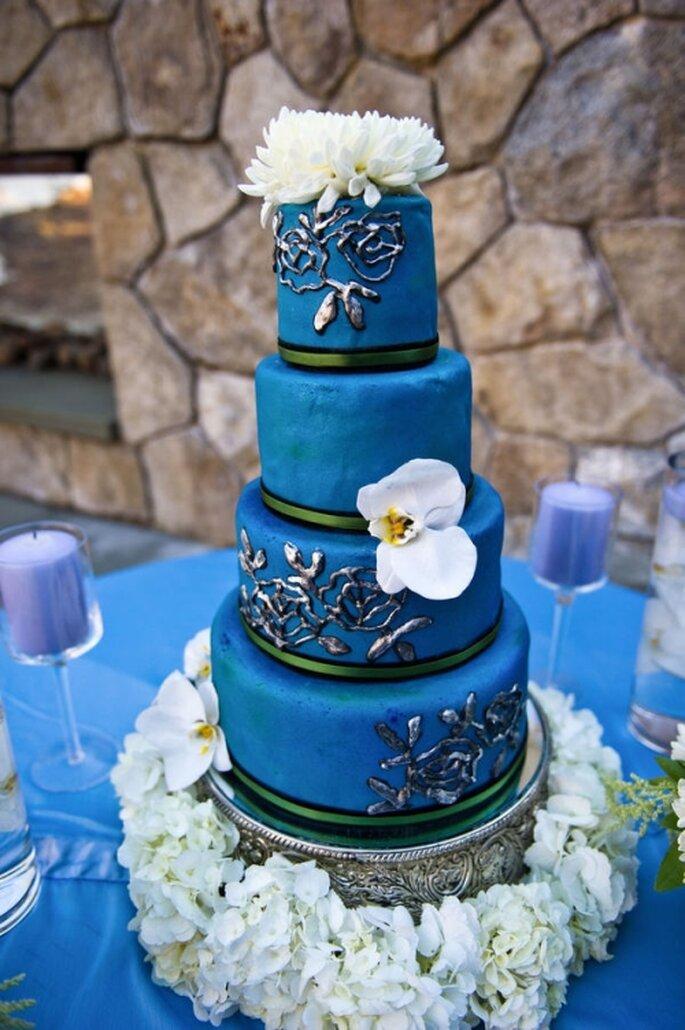 Pastel de boda azul rey, decorado con flores comestibles blancas