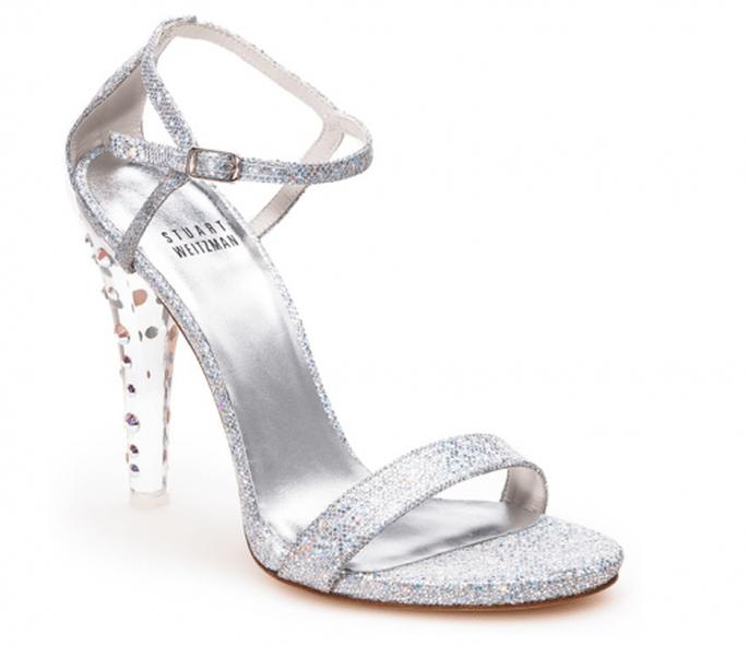Zapatilla de novia inspirada en La Cenicienta con tira en el tobillo e incrustaciones de cristales en el tacón - Foto Stuart Weitzman