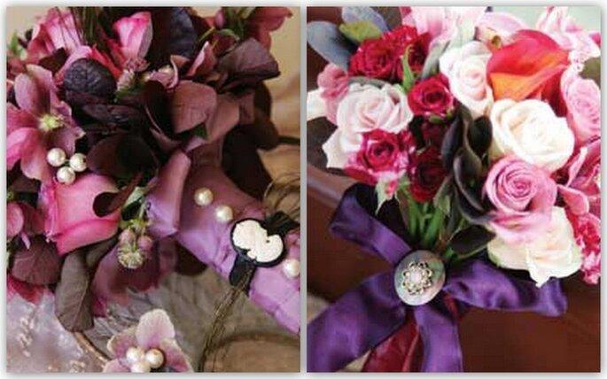 Due alternative colorate: rose, ciliegio in fiore, piume tenuti insieme da un nastro con perle e cameo