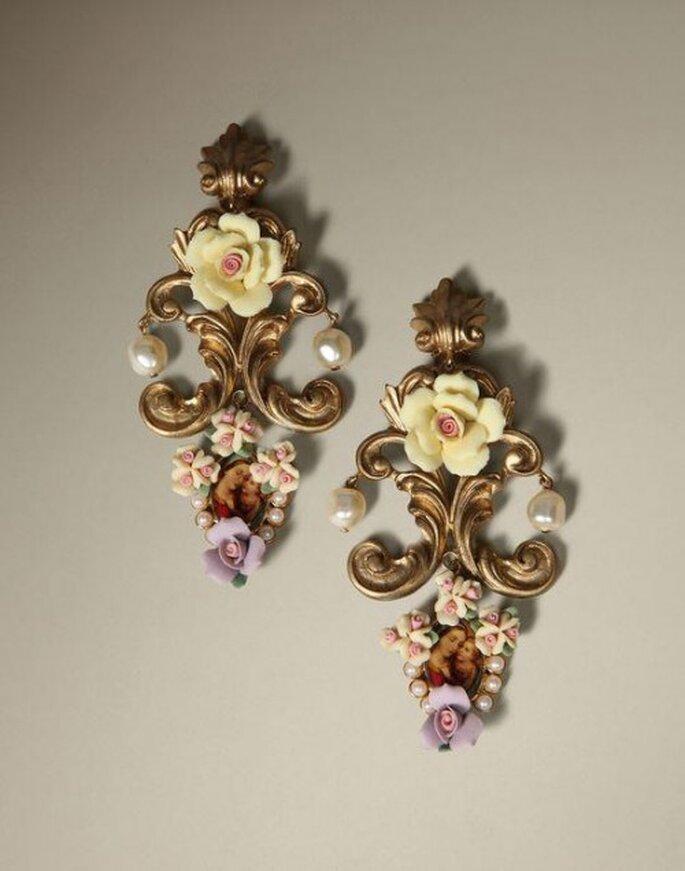 Aretes para novia con inspiración vintage en color oro con relieves en forma de flores - Foto Dolce & Gabbana