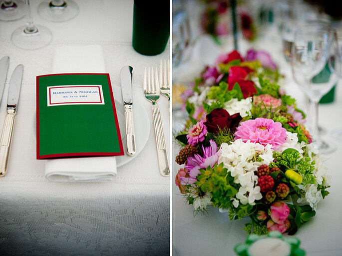 Centros de mesa con flores de colores que combinan con la decoración. Foto: Kristin Speed