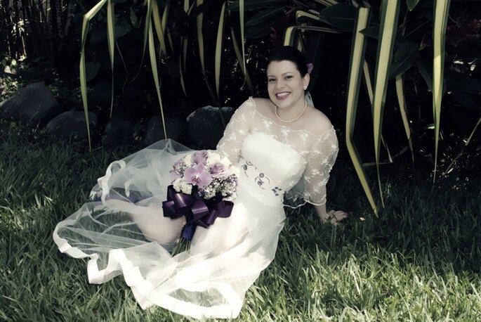"""La novia luciendo un precioso vestido diseñado por ella misma: a eso lo llamamos """"personalizar todos los detalles"""""""