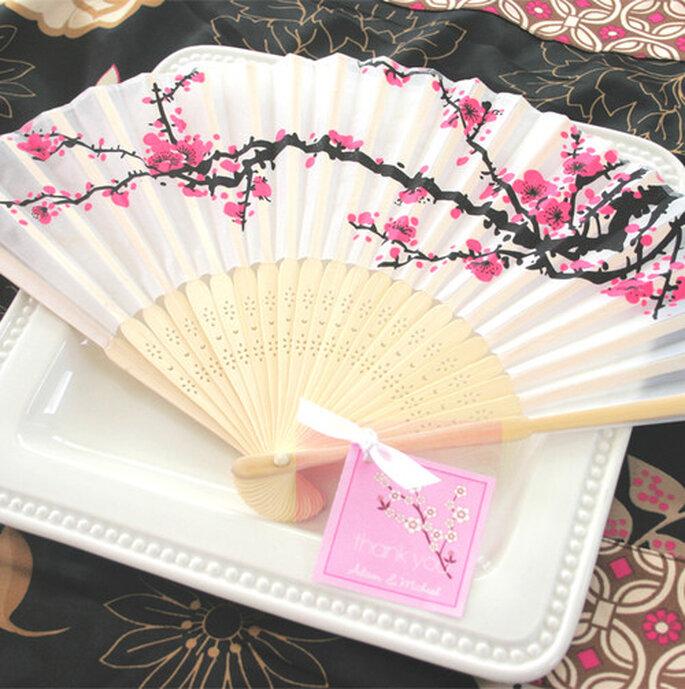 """Abanico de seda """"cherry blossom"""" con estampado de flor de cerezo. Foto: Invita"""