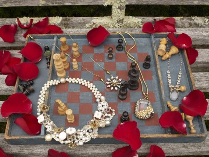 Joyeria para boda temática de Alicia en el país de las maravillas. Imagen BHLDN