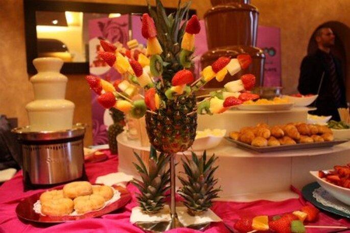 Catering de frutas junto a la fuente de chocolate