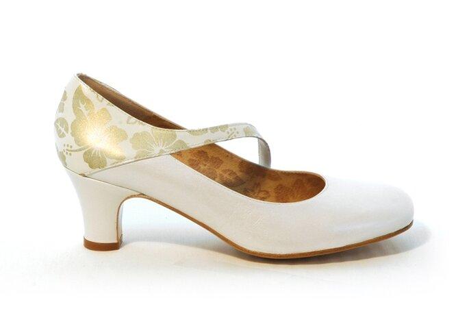 """Modelo """"Nuria"""" de Enepe. En piel de napa color marfil y estampa con flores en dorado"""