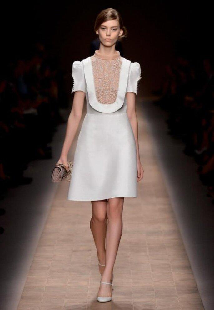 Vestido de novia corto en color blanco con estructura para una boda civil muy trendy - Foto Valentino