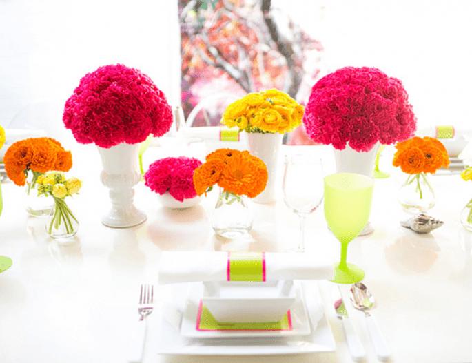 Centro de mesa con flores neón para boda - Foto Cathrin D'Entremont