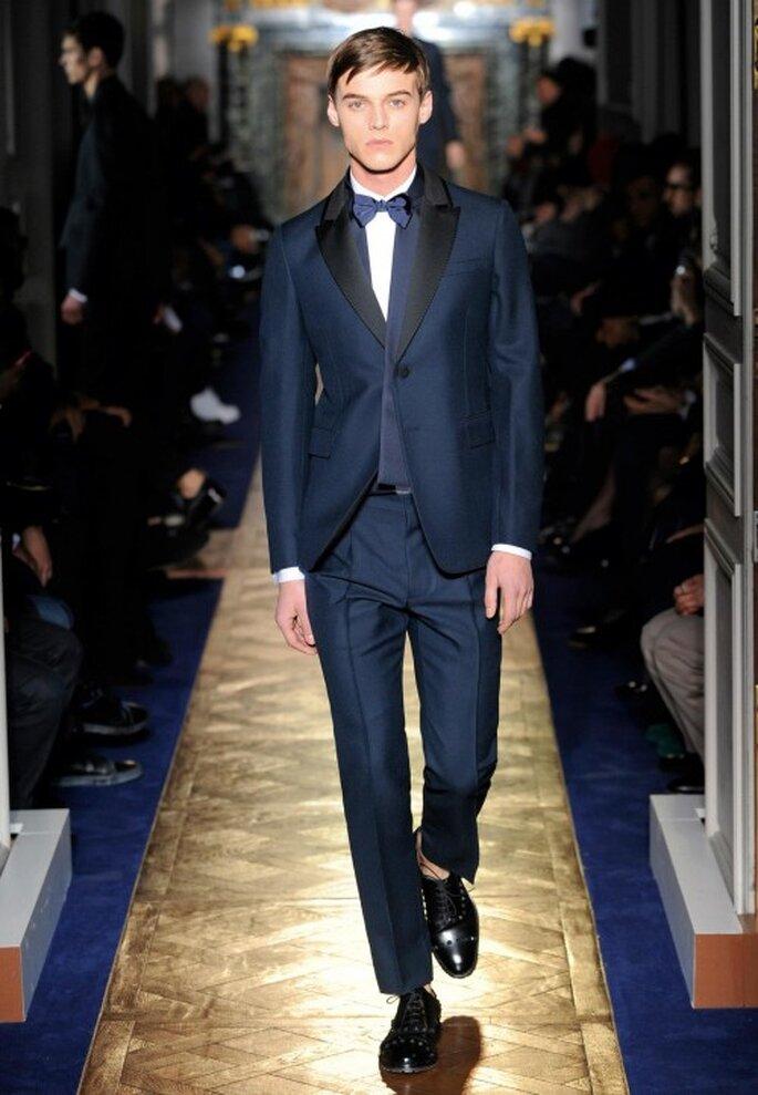 Traje de novio para boda en color azul marino con negro y moño formal - Foto Valentino