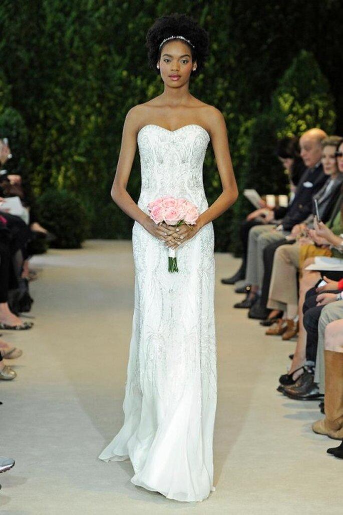 Vestido de novia corte recto con escote strapless en forma de corazón y cauda superpuesta - Foto Carolina Herrera