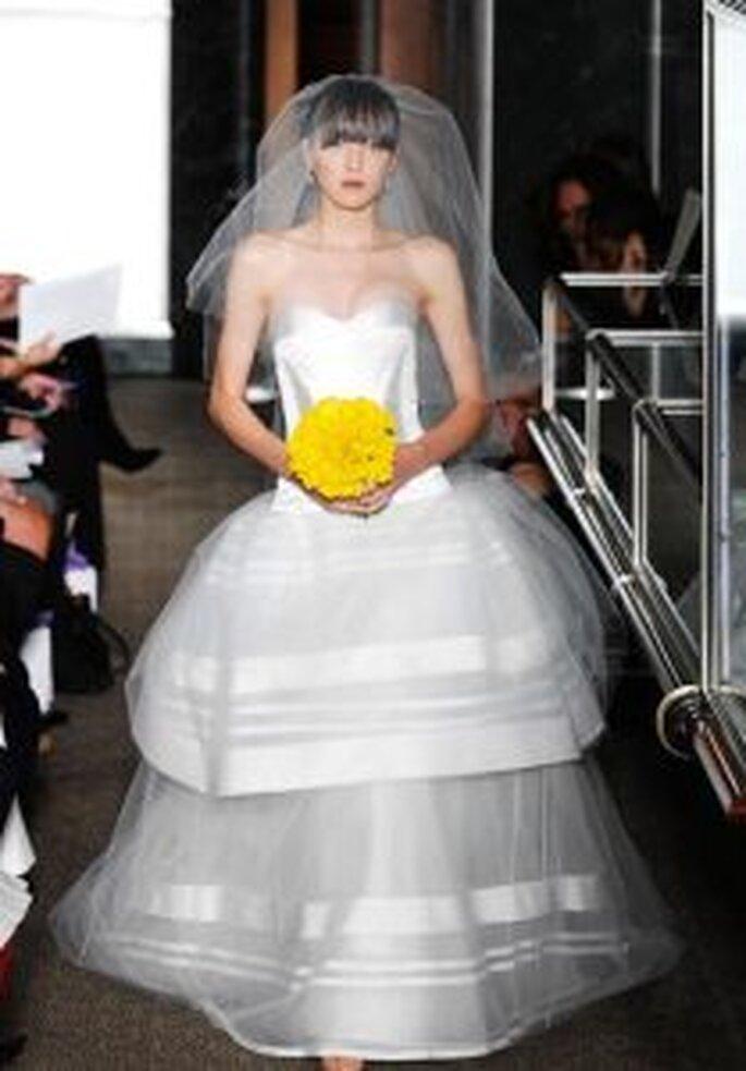 Carolina Herrera 2010 - Vestido largo en satén duquesa marfil, con falda en volantes con redecilla inglesa