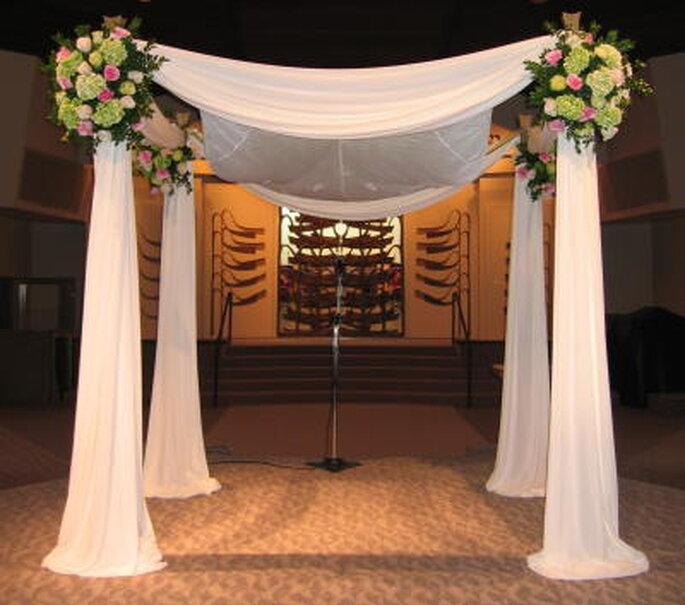Un jupá se utiliza en las bodas judías. Podrías usar una decoración dosel en tu propia boda.