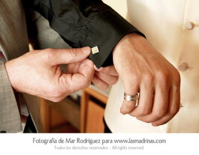Manschettenknöpfe gehören zur Hochzeit - Foto: lasmadrinas.com von Aana Rodriguez