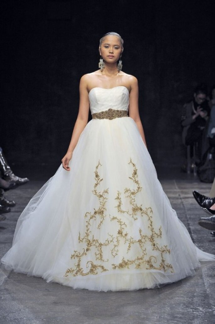 Vestido de novia corte princesa con escote strapless y cinturón en color dorado - Foto Lazaro