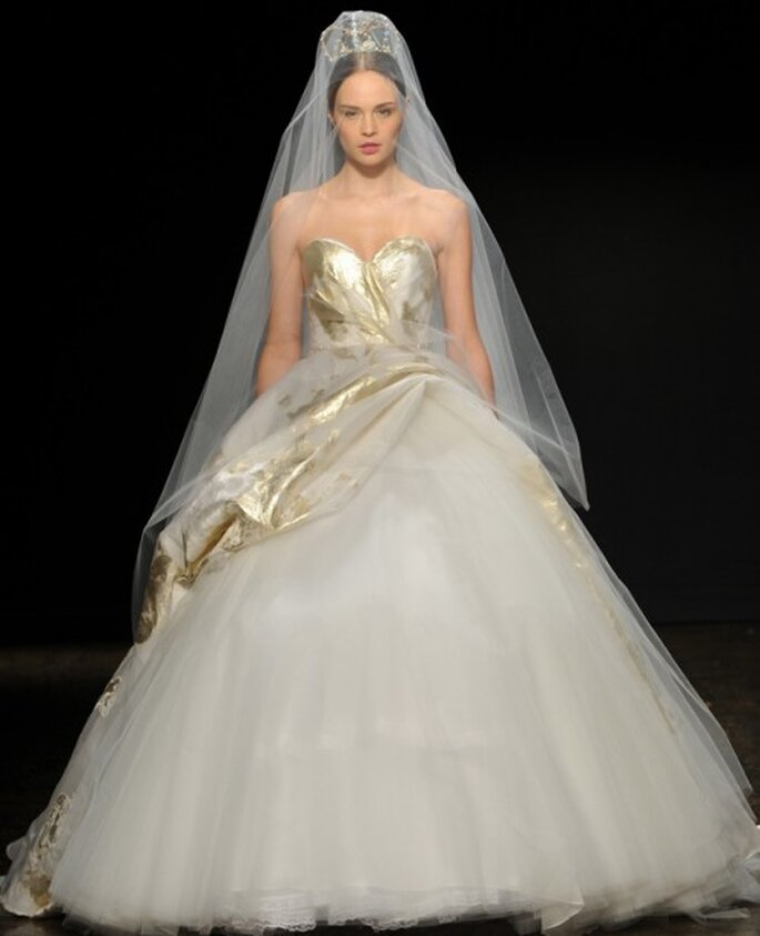 Vestido de novia corte princesa con silueta peplum arriesgada y detalles en color oro - Foto Lazaro
