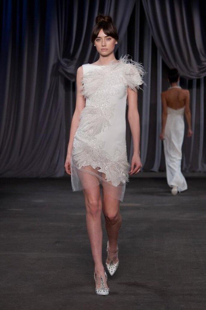 Vestido de fiesta corto en color blanco con transparencias y brocados - Foto Christian Siriano