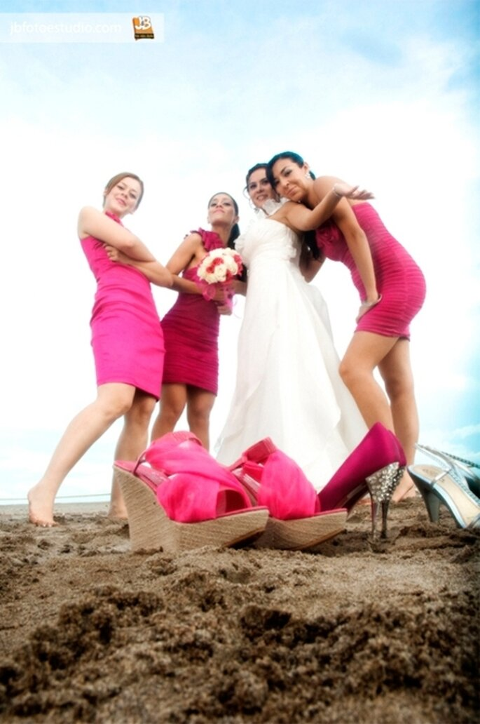 Vestidos para damas de boda color rosa fiusha - Foto JB Fotoestudio