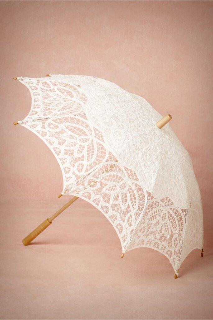 Paraguas en color blanco con textura calada - Foto BHLDN