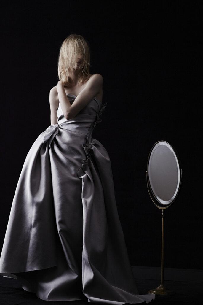 Vestido de novia en color lila grisáceo con escote palabra de honor y detalle voluminoso al costado con pliegues - Foto Lanvin