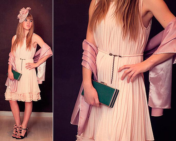 LOOK IN: Vestido de Cabotine en color rosa, con estola y tocado a juego. Foto: Villarrazo