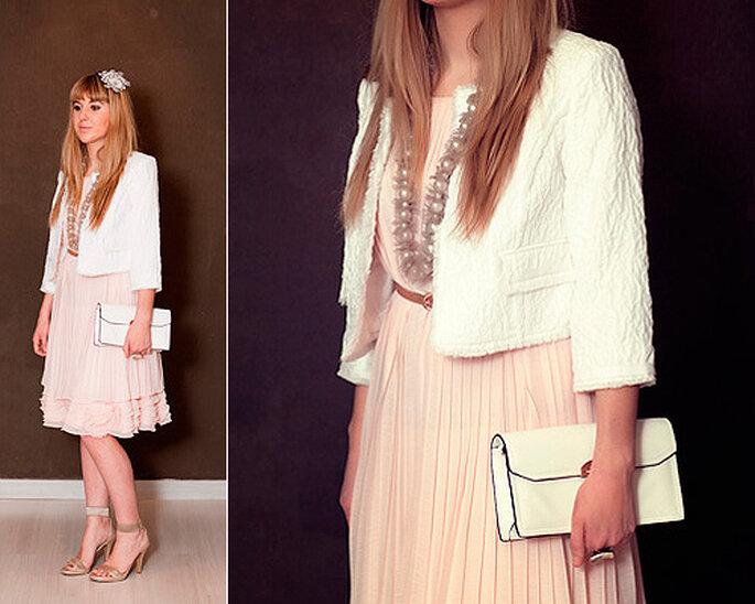 LOOK OUT: Vestido rosa con sandalias con pulsera, clutch, collar y chaqueta. Foto: Villarrazo