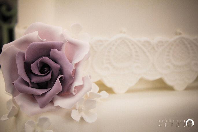 Pastel elegante con flor al costado en color Orquídea Radiante. Foto: Keith Bloomfield