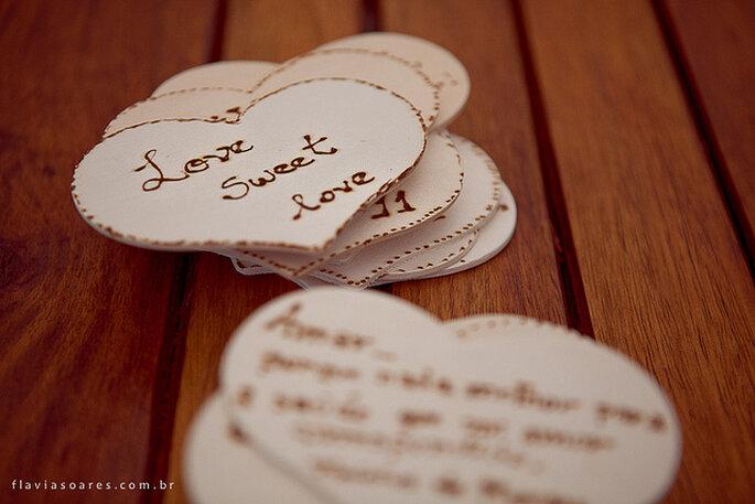 Mensajes de amor escritos en corazones de madera para decorar. Foto: Flavia Soares