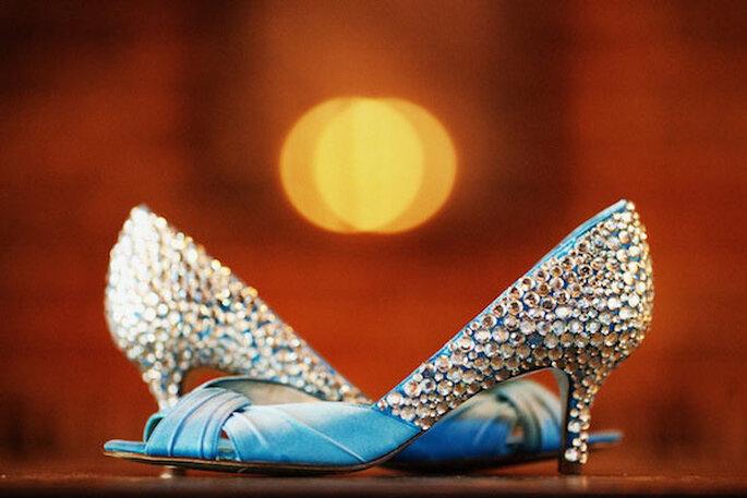 Zapatos de novia con aplicaciones y pedrería - Foto Jose Villa