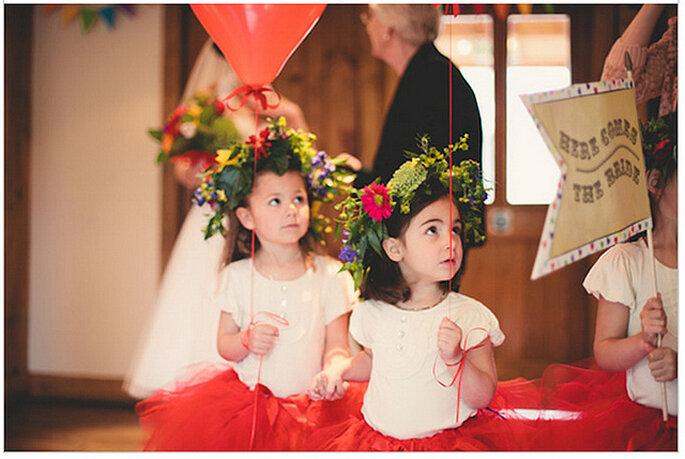 Damitas de honor con coronas de flores naturales. Foto: We Heart Pictures