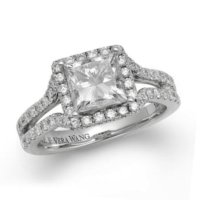 Anillo de compromiso con un diamante cuadrado rodeado de pequeños diamantes - Foto Vera Wang LOVE