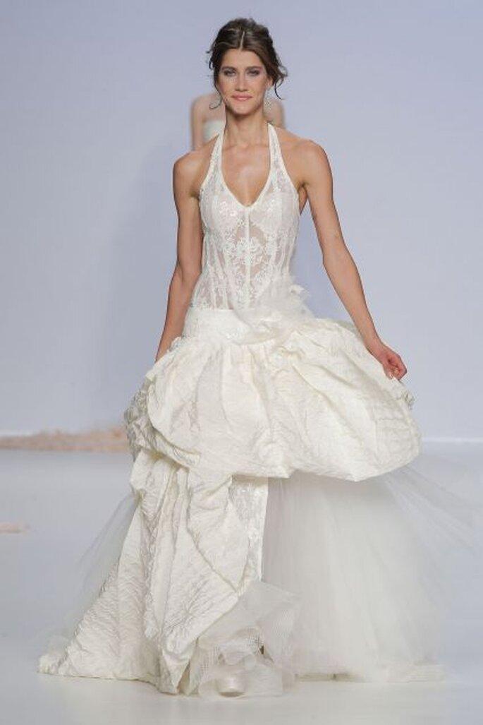 Vestido de novia 2014 de la colección Jordi Dalmau con escote halter, falda amplia confeccionada en tul y superposición de volúmenes